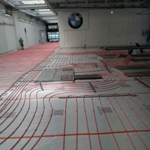 Plancher chauffant dans une concession BMW